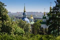 Opinión de la ciudad de Kyiv en primavera imagen de archivo libre de regalías