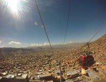 ¡Opinión de la ciudad de la góndola de las montañas! fotografía de archivo