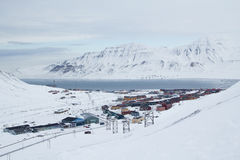 Opinión de la ciudad de la mina de carbón abandonada vieja Longyearbyen, Spitsberge Imagen de archivo libre de regalías