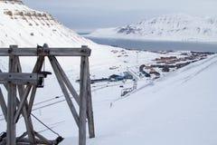 Opinión de la ciudad de la mina de carbón abandonada vieja Longyearbyen, Spitsberge Fotografía de archivo