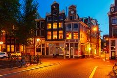 Opinión de la ciudad de la noche de las casas de Amsterdam foto de archivo