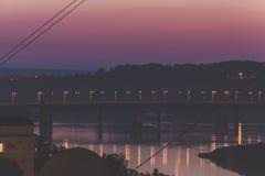 Opinión de la ciudad de la noche, puente del río Imágenes de archivo libres de regalías