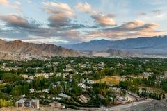 Opinión de la ciudad de Leh en la puesta del sol Fotos de archivo