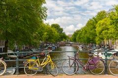 Opinión de la ciudad de los canales y de las casas típicas, Holanda, Nethe de Amsterdam imágenes de archivo libres de regalías