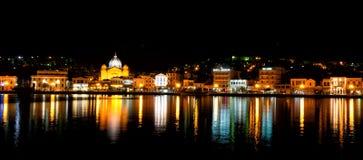 Opinión de la ciudad de Mytilene del mar en la noche fotografía de archivo