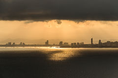 Opinión de la ciudad de Pattaya sobre la mañana nublada Imagenes de archivo