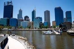 Opinión de la ciudad de Perth de Elizabeth Quay Bridge con el sculp de Spanda Imagen de archivo libre de regalías