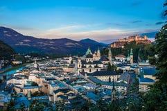 Opinión de la ciudad de Salzburg en la oscuridad Imágenes de archivo libres de regalías