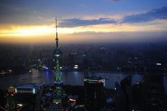 Opinión de la ciudad de Shangai en la noche Fotos de archivo libres de regalías