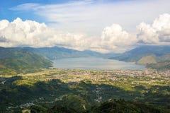 Opinión de la ciudad de Takengon desde arriba de la colina Imágenes de archivo libres de regalías