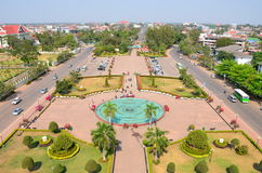 Opinión de la ciudad de Vientián por dentro del monumento de Patuxai Imagen de archivo