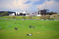 Opinión de la ciudad de Vilna con la gente que descansa sobre la hierba Imágenes de archivo libres de regalías