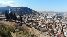 opinión de la ciudad del abejón 4k, Tbilisi, Georgia los símbolos de la madre Georgia del monumento de la ciudad almacen de metraje de vídeo