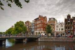Opinión de la ciudad del canal Singel de Amsterdam y de las casas típicas, Holanda, fotografía de archivo