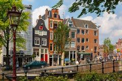 Opinión de la ciudad del canal y de las casas típicas, Holanda de la calle de Amsterdam, imagen de archivo