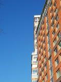 Opinión de la ciudad del cielo azul grande y perfiles de edificios imágenes de archivo libres de regalías