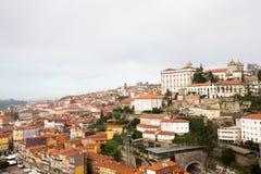 Opinión de la ciudad del puente ferroviario Oporto, Portugal Imagen de archivo libre de regalías