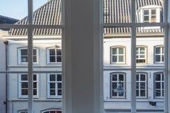 Opinión de la ciudad, edificios viejos en la ventana holandesa, grande foto de archivo