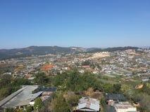 Opinión de la ciudad en la montaña Imagenes de archivo