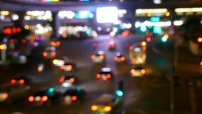 Opinión de la ciudad en los semáforos de la noche almacen de video