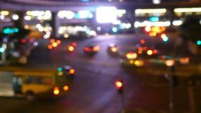 Opinión de la ciudad en los semáforos de la noche metrajes