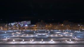 Opinión de la ciudad en noche en el invierno, lapso de tiempo en el movimiento, coches móviles en los caminos almacen de video