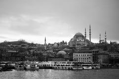 Opinión de la ciudad de Estambul con la mezquita de Suleymaniye y el embarcadero de Eminonu imagen de archivo