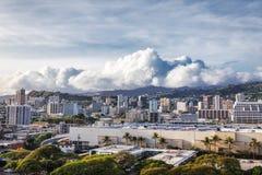 Opinión de la ciudad de Honolulu y cielo nublado hermoso foto de archivo