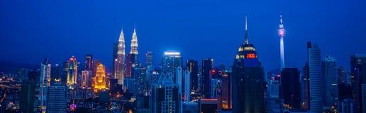 Opinión de la ciudad de Kuala Lumpur en la noche Imagenes de archivo