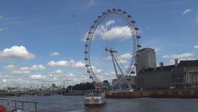 Opinión de la ciudad de Londres con la rueda de hilado y el río Támesis de London Eye almacen de video