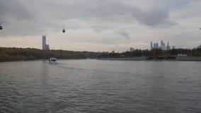 Opinión de la ciudad de Moscú del río Último otoño en los muelles del capital Último otoño en los muelles del capital navigable almacen de video
