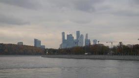 Opinión de la ciudad de Moscú del río Último otoño en los muelles del capital Río que camina navegable Grúas de construcción de l almacen de video