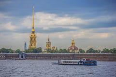 Opinión de la ciudad de Neva River, St Petersburg Fotos de archivo