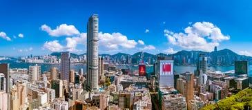 Opinión de la ciudad de la península de Kowloon y de la isla de Hong Kong en la tarde caliente imagenes de archivo