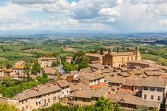 Opinión de la ciudad de San Gimignano y el paisaje de Toscana en Italia foto de archivo