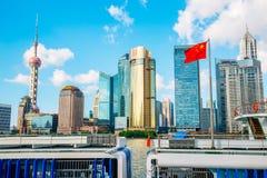 Opinión de la ciudad de Shangai con la torre y el río Huangpu orientales de la perla en China imagenes de archivo