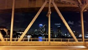Opinión de la ciudad sobre el puente sobre el río Imagenes de archivo