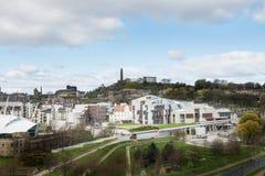 Opinión de la ciudad sobre los tops y las casas viejos y nuevos del tejado de la colina, Foto de archivo