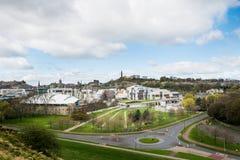 Opinión de la ciudad sobre los tops y las casas viejos y nuevos del tejado de la colina Imagenes de archivo