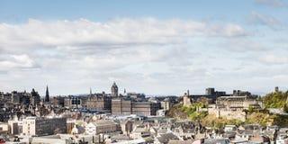 Opinión de la ciudad sobre los tops y las casas viejos y nuevos del tejado de la colina, Imagen de archivo