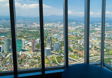 Opinión de la ciudad a través de la ventana en el centro de Kuala Lumpur Fotos de archivo libres de regalías