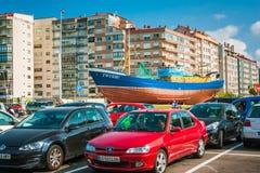 Opinión de la ciudad de Vigo con las casas, los coches y la nave en la tierra Imágenes de archivo libres de regalías
