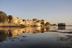 Opinión de la ciudad y del lago de Udaipur en la puesta del sol fotografía de archivo