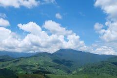Opinión de la colina verde y de cielo azul Foto de archivo