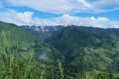 Opinión de la colina verde y de cielo azul Imágenes de archivo libres de regalías