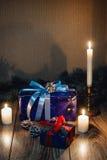 Opinión de la composición del Año Nuevo desde arriba La raspa de arenque juega con las velas, cajas en fondo de madera Foto de archivo libre de regalías