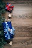 Opinión de la composición del Año Nuevo desde arriba La raspa de arenque juega con las velas, cajas en fondo de madera Imágenes de archivo libres de regalías