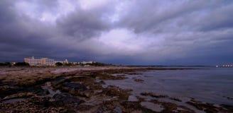 Opinión de la costa con un hotel Foto de archivo libre de regalías