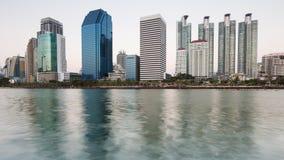 Opinión de la costa del edificio de oficinas en el parque público de Bangkok Foto de archivo
