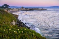 Opinión de la costa costa rugosa del Océano Pacífico, Santa Cruz, California de la puesta del sol Imagenes de archivo